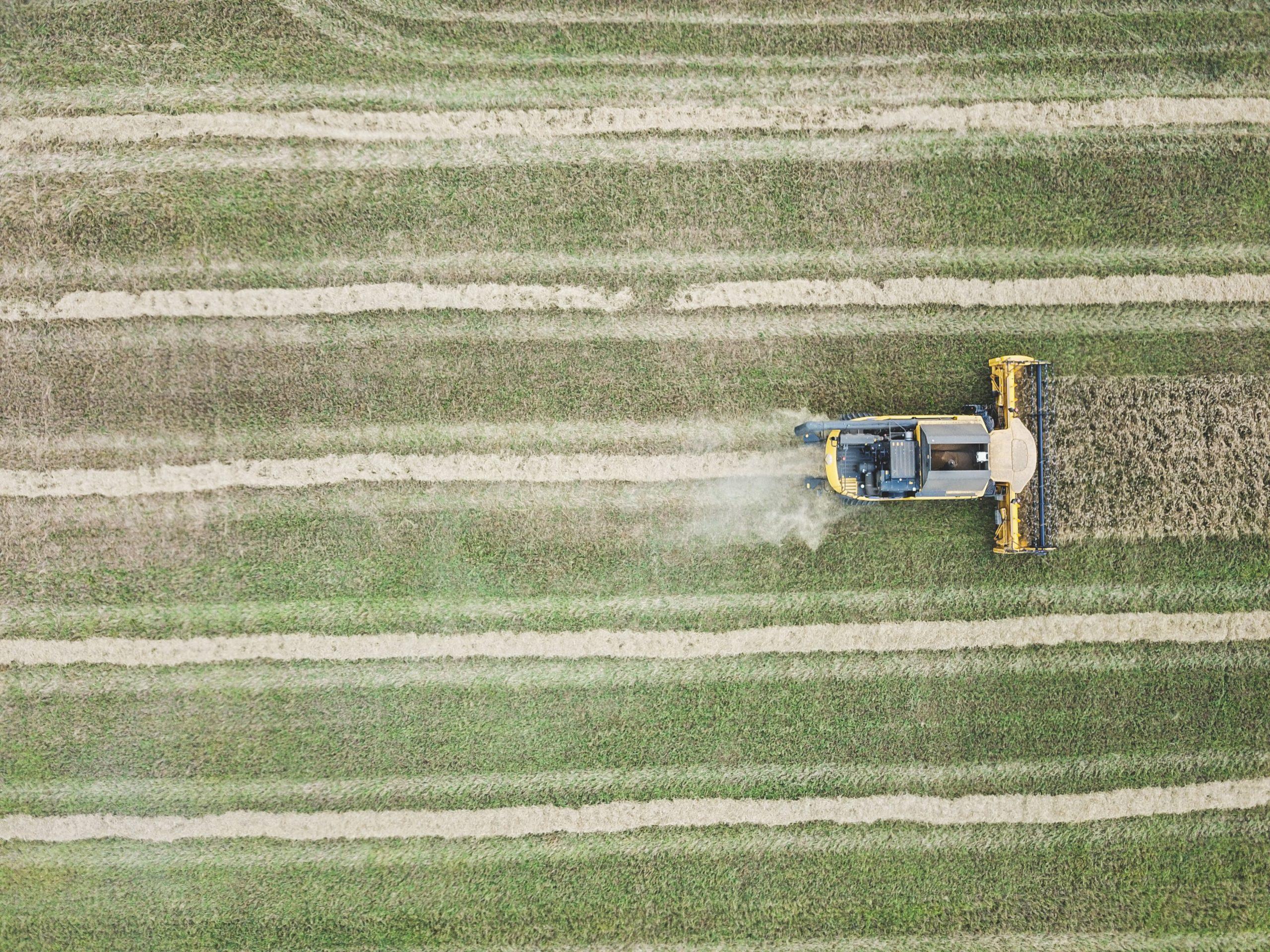Foto de agricultura tirada por um drone representando a Inovação no Agronegócio
